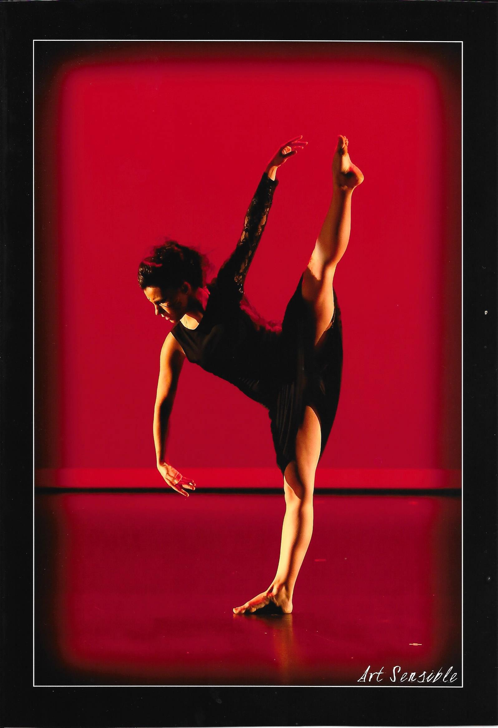 Photo de Karen Esperon sur scène, professeur de l'école de danse et fondatrice du Centre de Danse KHD à Mont de Marsan